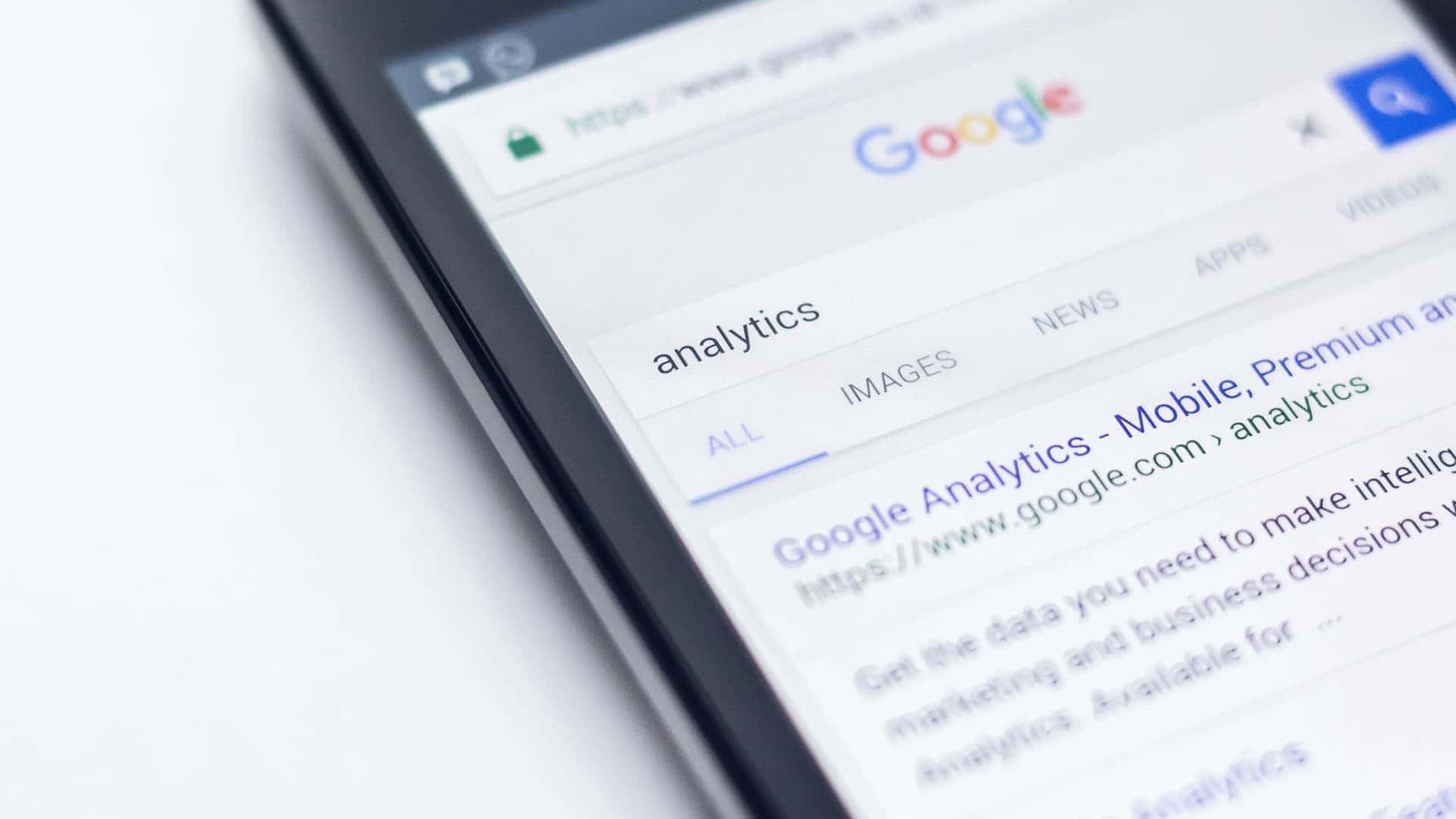 Schermo del telefono su prima pagina di Google