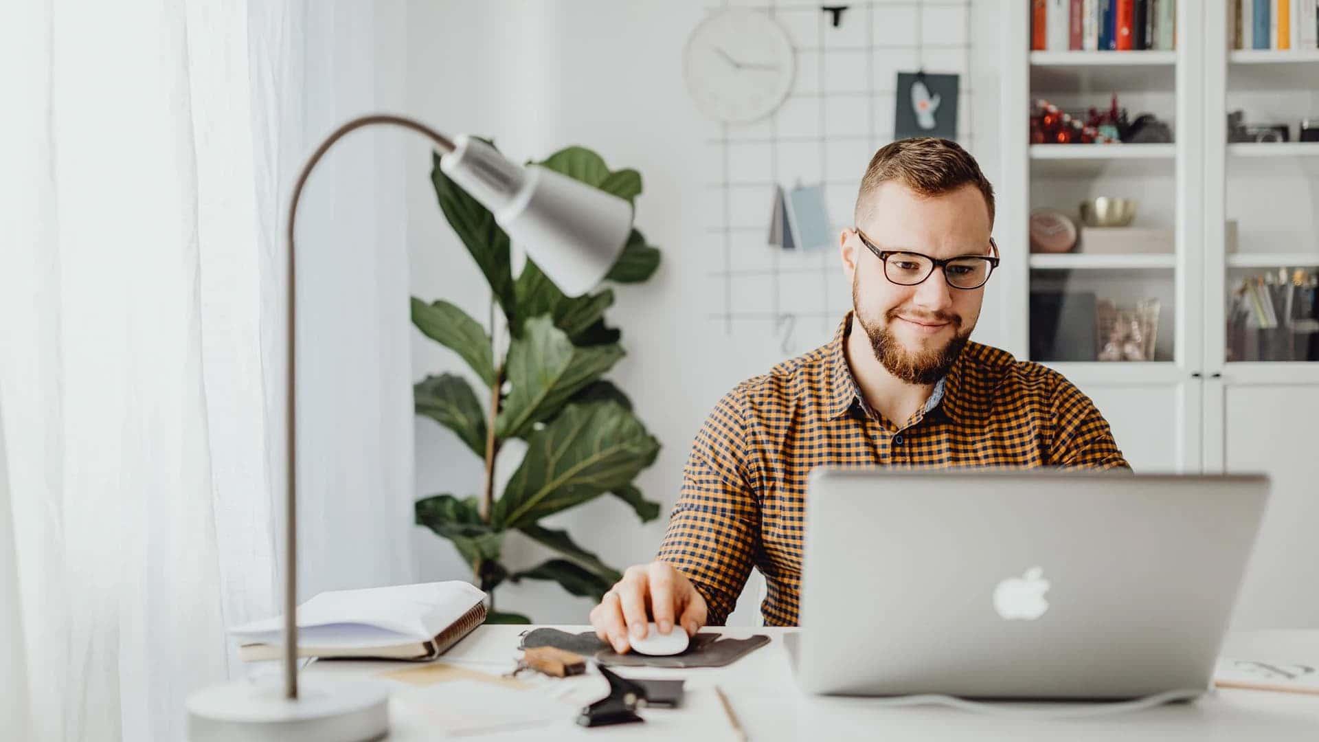 Persona seduta sorridente al PC portatile