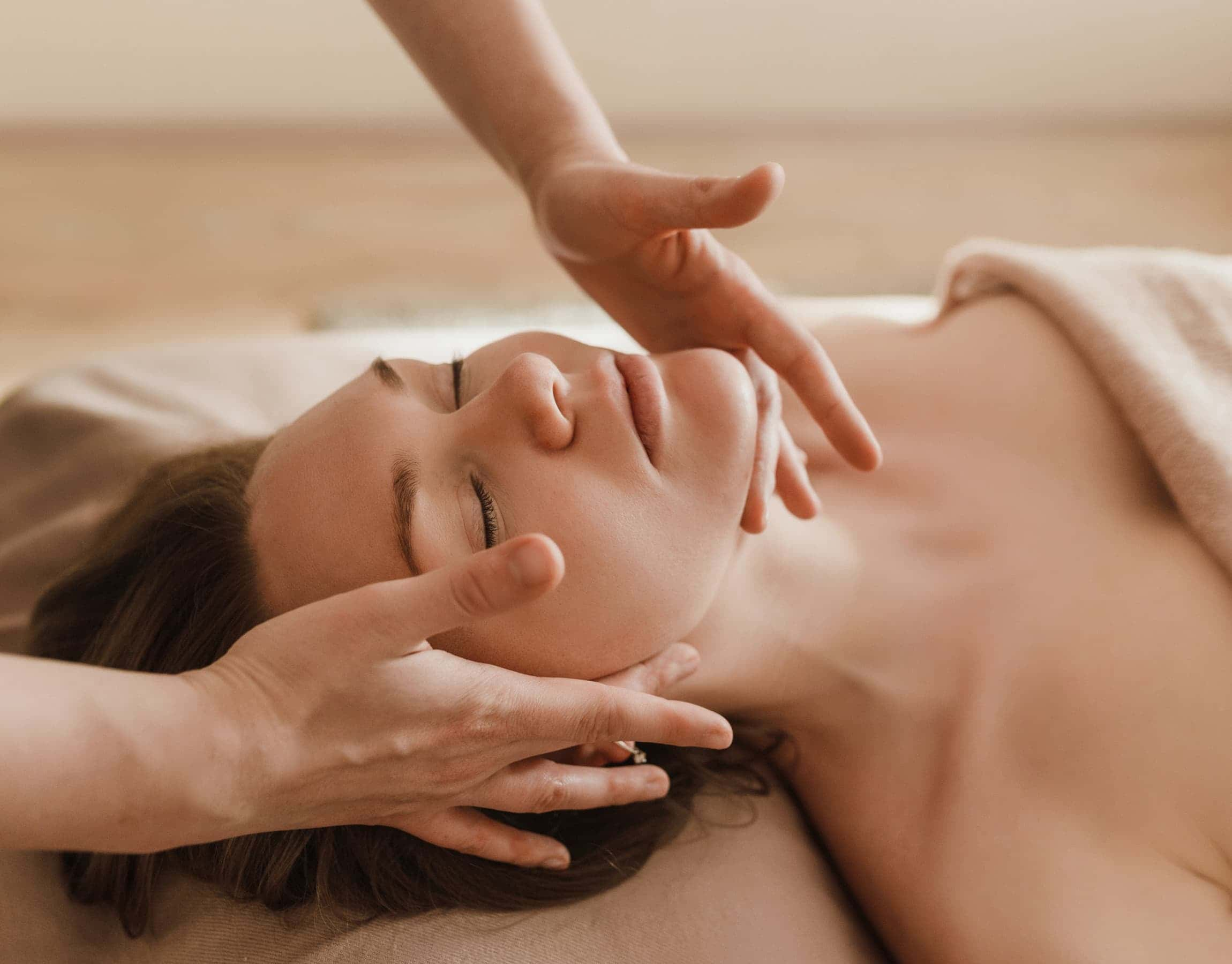 Massaggio rilassante al volto