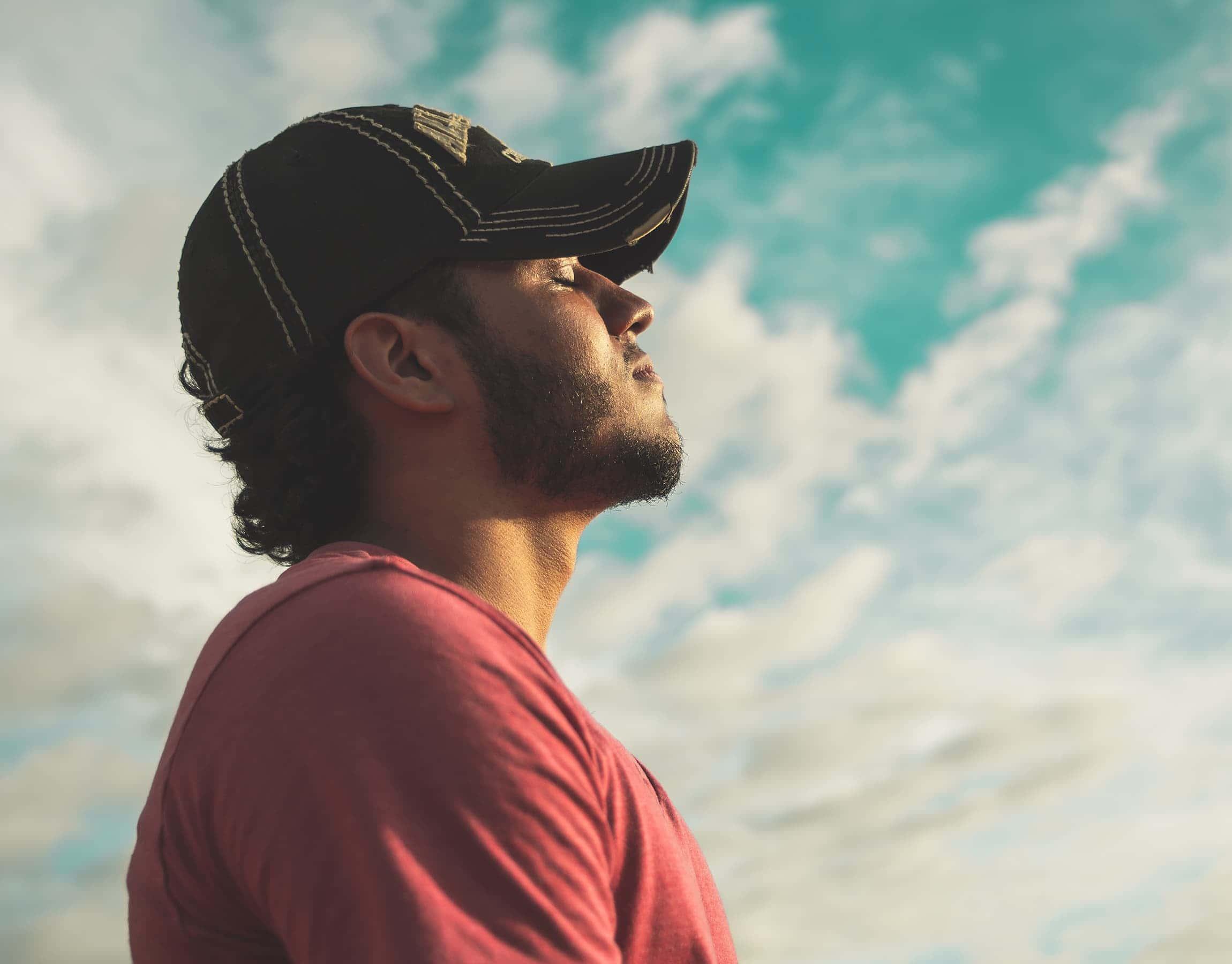 Uomo con cappello che pensa