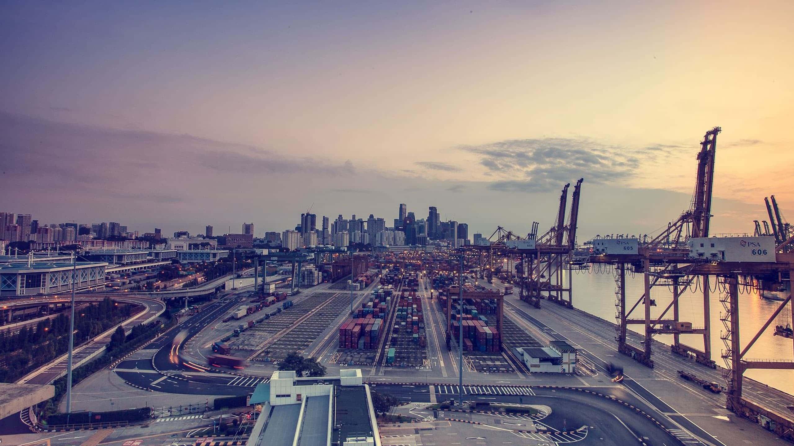 Panorma di un porto commerciale con città sullo sfondo
