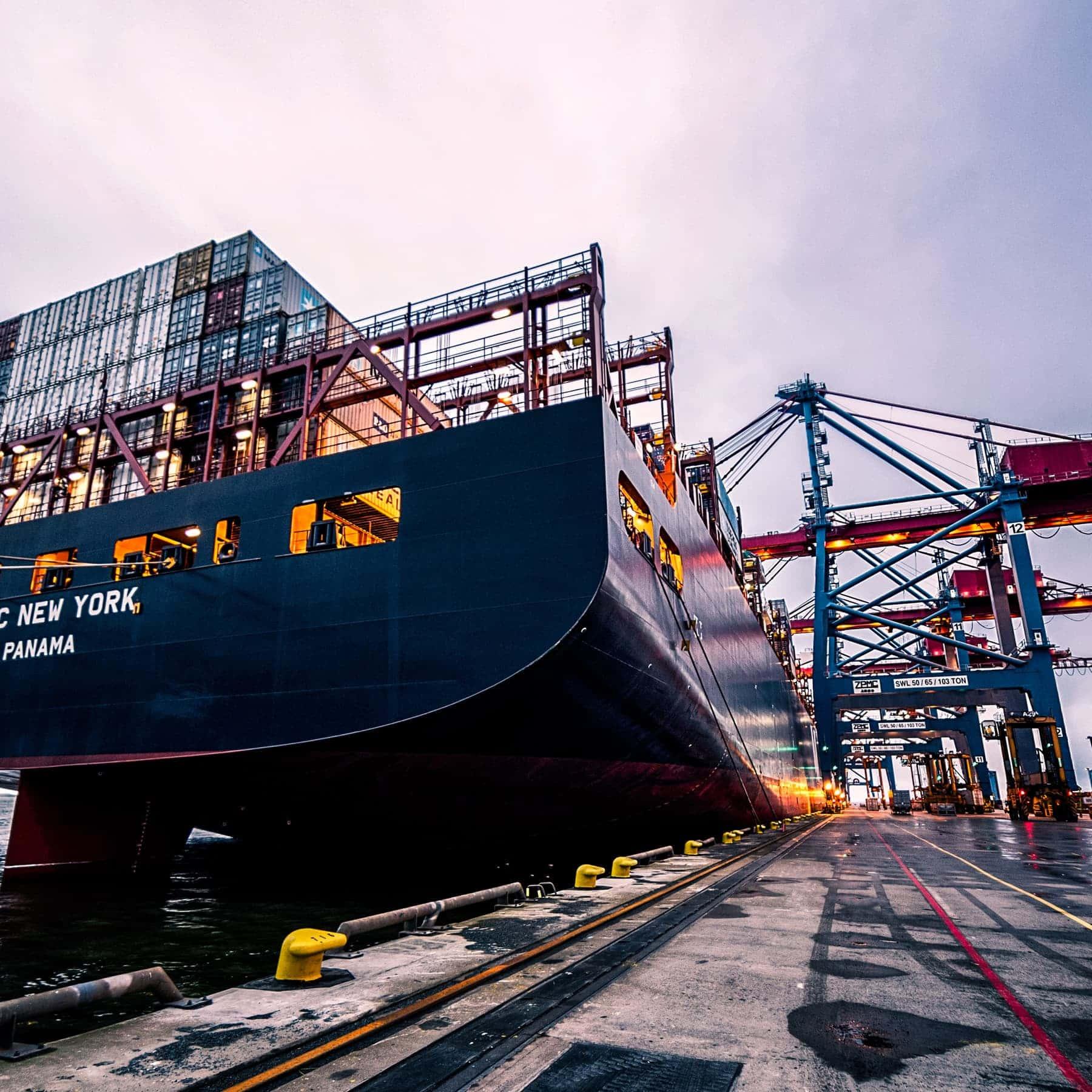 Nave cargo attraccata al porto
