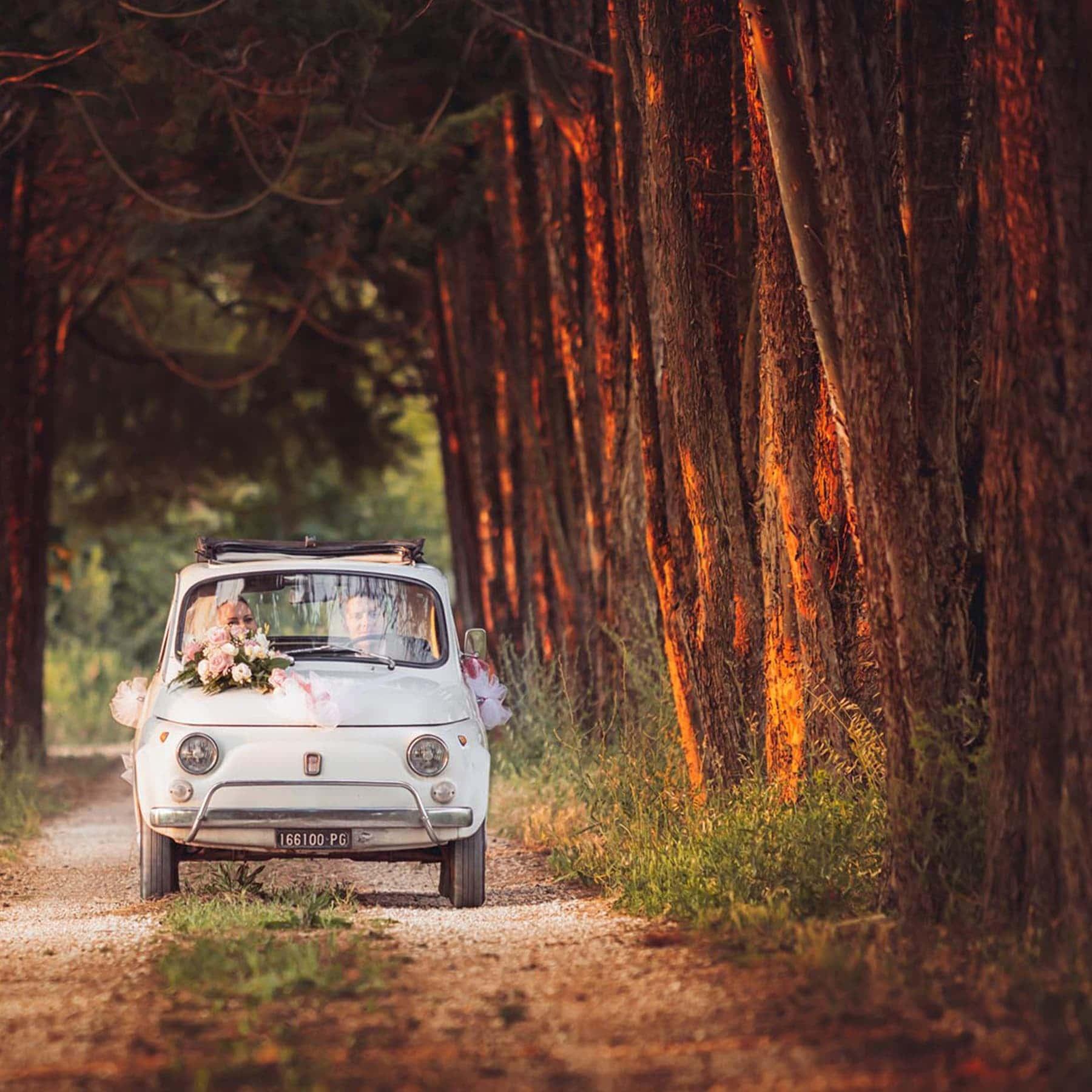 Coppia di sposi in una Fiat 500