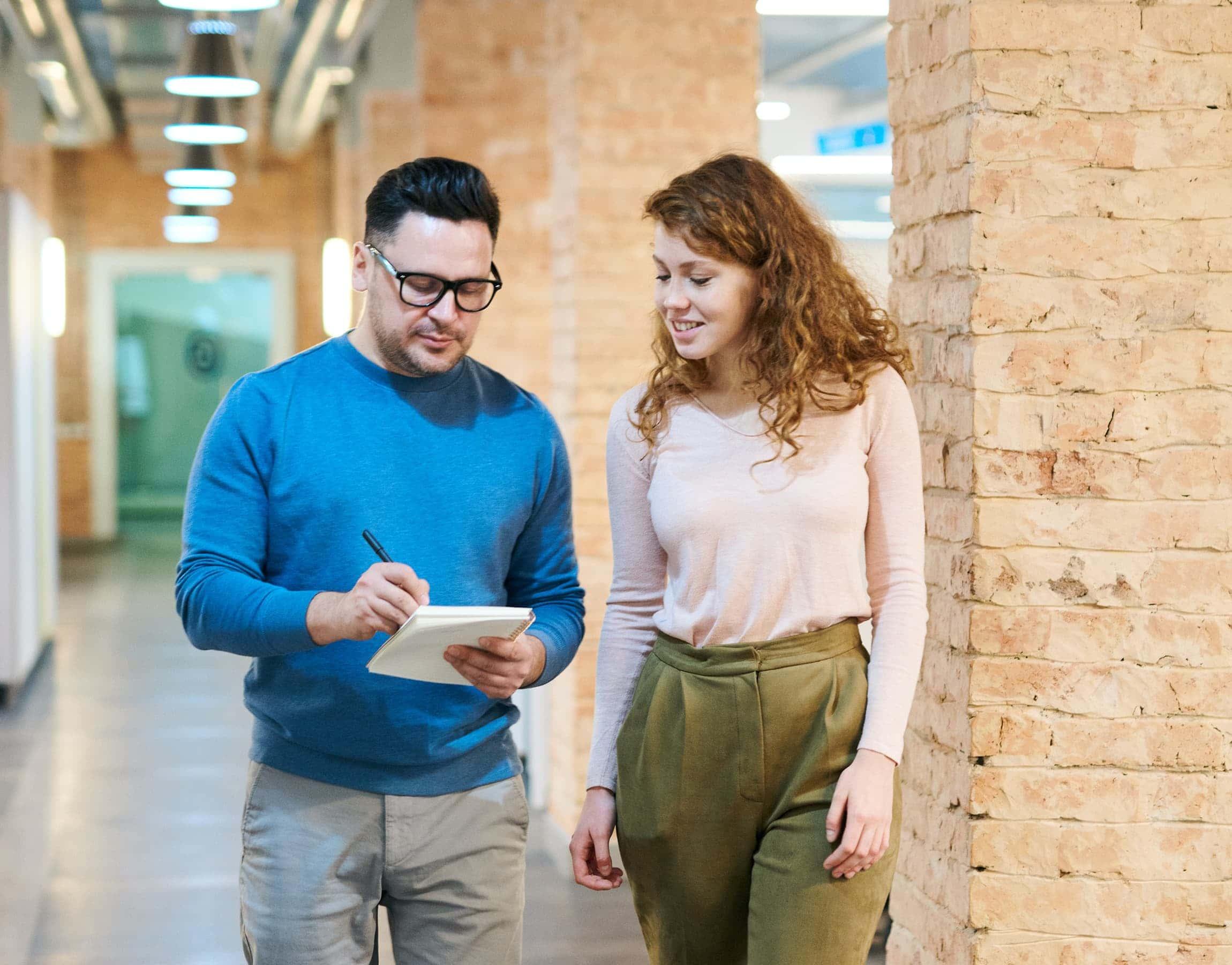 Uomo e donna in un corridoio