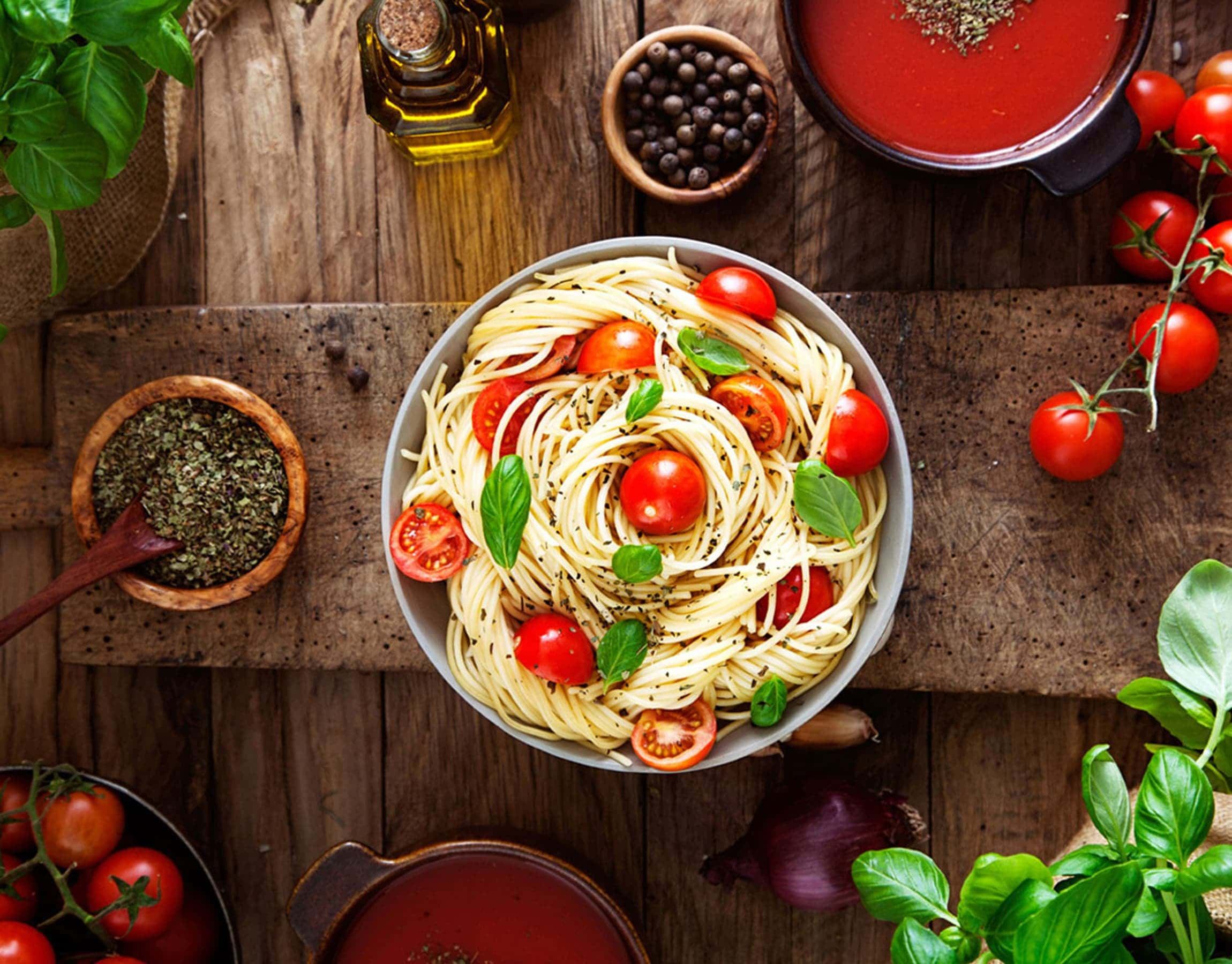 Piatto di spaghetti al pomodoro e basilico fresco