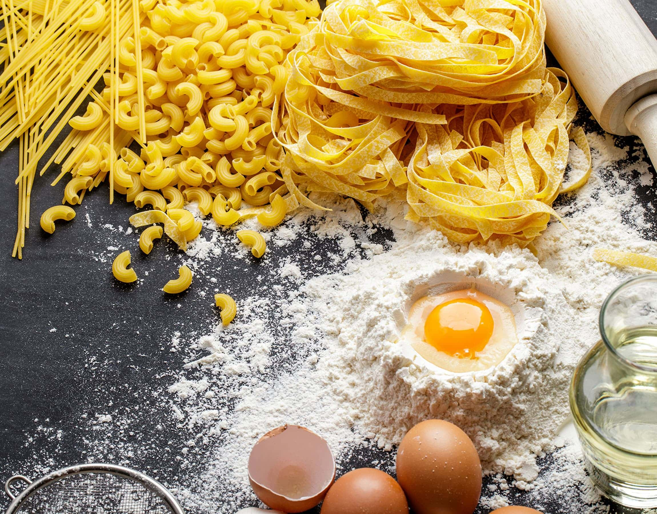 Tavolo per preparare la pasta con farina, uova, acqua e mattarello