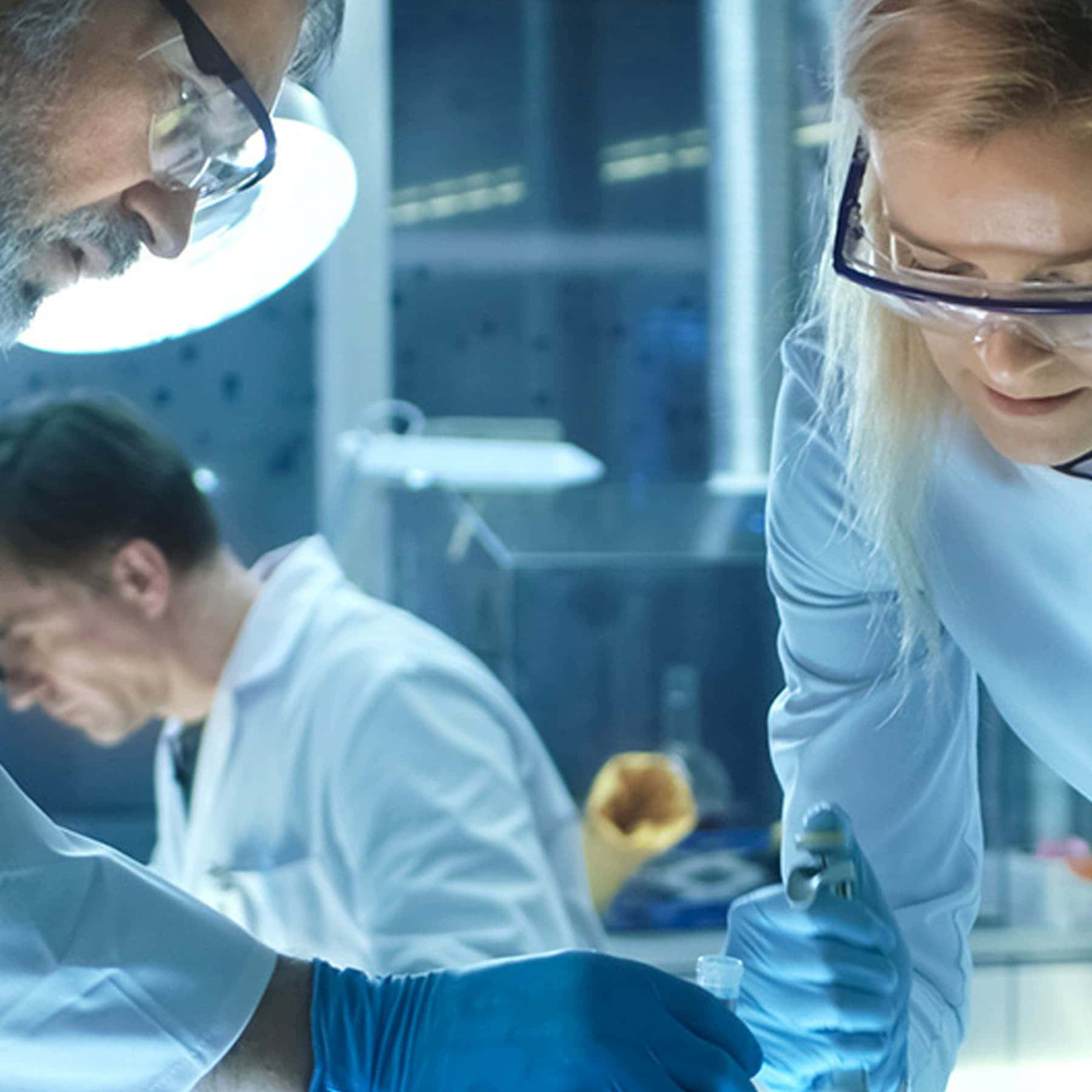 Scienziati lavorano in un laboratorio